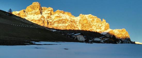 Scola de Schi Dolomites: Veduta da San Cassiano
