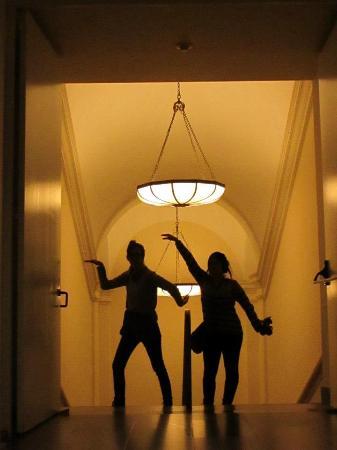el museo de arte escaleras y detalles en marmol araas colgantes genial
