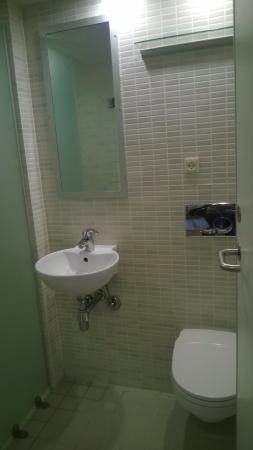 Fint badeværelse med bruser - Picture of Danhostel Copenhagen City ...