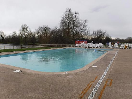 Outdoor swimming pool picture of hoburne cotswold south cerney tripadvisor for Outdoor swimming pools in england