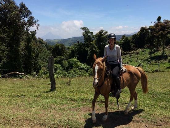 Paradise Riding - Horseback Tours: Sabine mit dem La Fortuna Vulkan im Hintergrund
