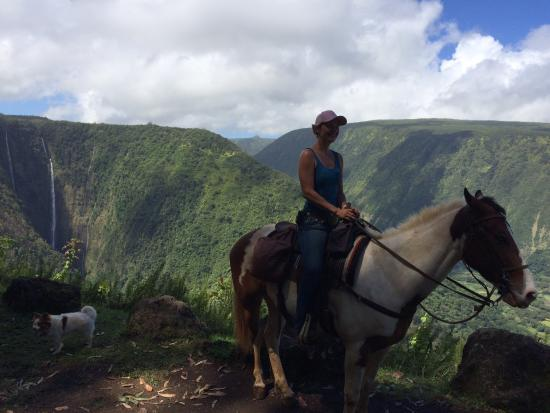 Waipio Wayside B&B: Mily, a local cowgirl guiding us on a ride up Waipio Valley