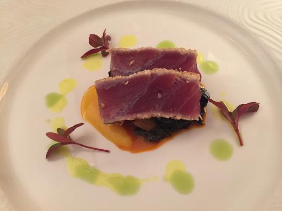 Carnegie Inn & Spa Restaurant: Seared Yellowfin Tuna on Spicy Greens with Mango Coulis