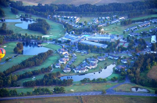 Lovedale, Australia: Crown Plaza from the air great for everything. food golf wine and fun