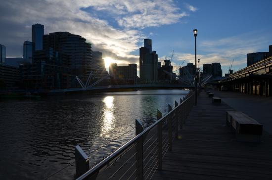 Pan Pacific Melbourne: Riverside promenade nearby