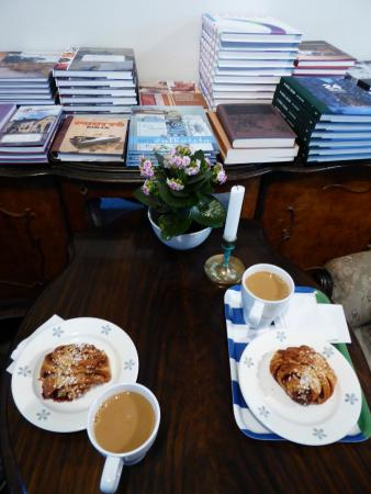 Cafe Antique: cinnamon rolls and coffee