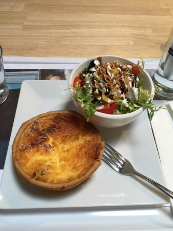 Le 12-30 Boulevard : Delicious quiche Lorraine with a fresh side salad