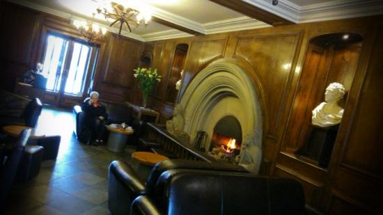 Castell Deudraeth: Relaxing by the roaring fire with tea and sandwiches :)