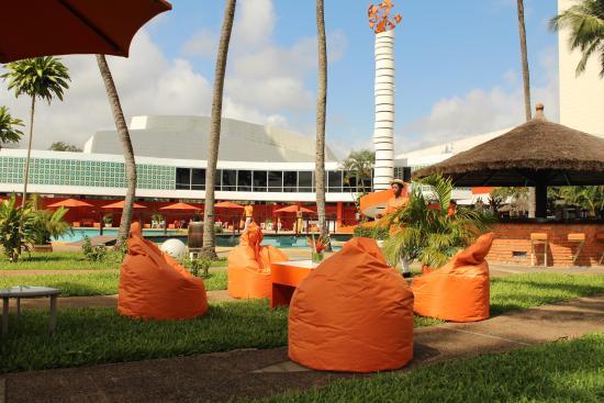 le salon ext rieur au bord de la piscine picture of sofitel abidjan hotel ivoire abidjan. Black Bedroom Furniture Sets. Home Design Ideas