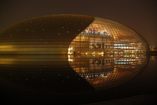 国家大劇院, 夜は建物の姿が水面に映り込み、とても