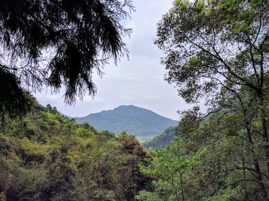 Pengzhou, Kina: 爬山到一半