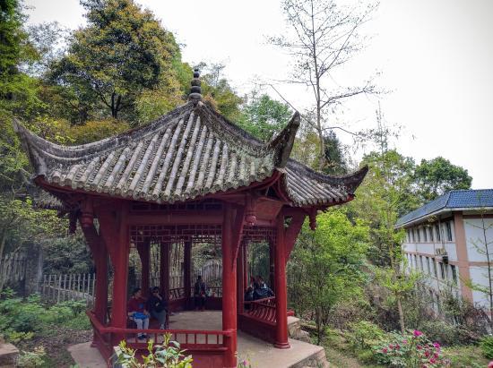 Pengzhou, Kina: 爬山到一半可以有亭子休息