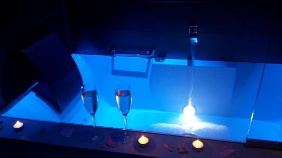 ซีเครตเดอปารีส: baignoire avec 2 appuis têtes parfait en couple !