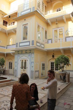 The Raj Palace Grand Heritage Hotel: Weiterer Innenhof mit Zimmerzugang