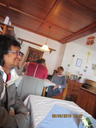 Lenggries, Germania: Ruth is happy to be inside the cafe