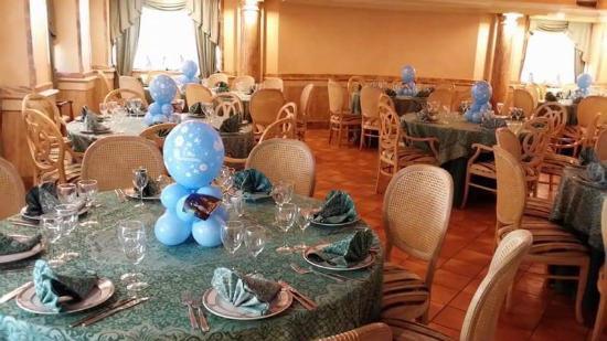 Sala allestita per il banchetto del battesimo foto di er - Addobbi tavolo battesimo ...