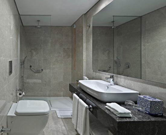 Senator Hotel: Bathroom with shower