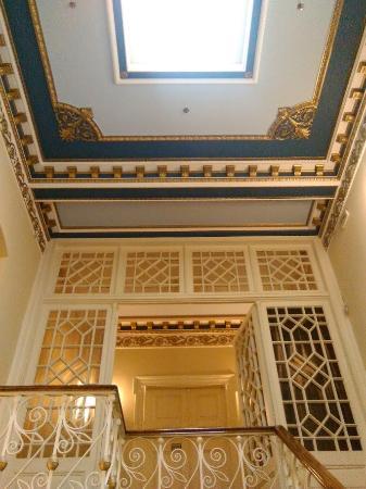 Konstantinos Palaiologos Hotel: Η σκάλα προς τον 1ο όροφο που είναι τα δωμάτια