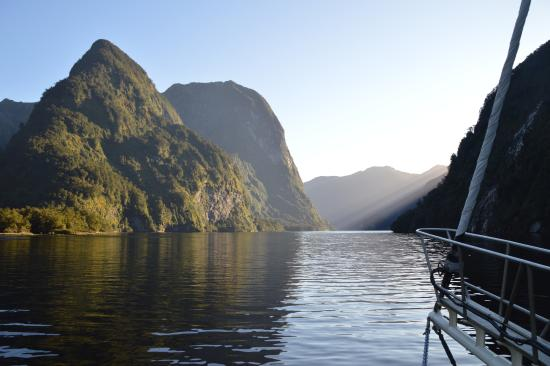 Manapouri, Nova Zelândia: Early morning view of sun rays beaming down on Doubtful Sound