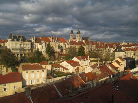 Haute-Marne, Francia: vue sur Chaumont Hte-Marne au loin l'église St Jean