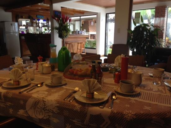 Casa Laurin B&B: Great Breakfast table ... every morning!