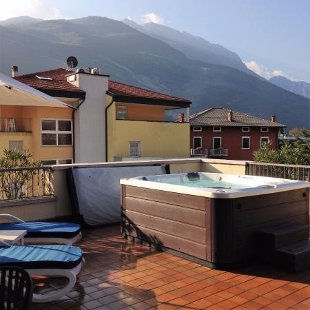 Vasca idromassaggio sulla terrazza principale foto di hotel ideal torbole tripadvisor - Piscina gonfiabile terrazzo ...