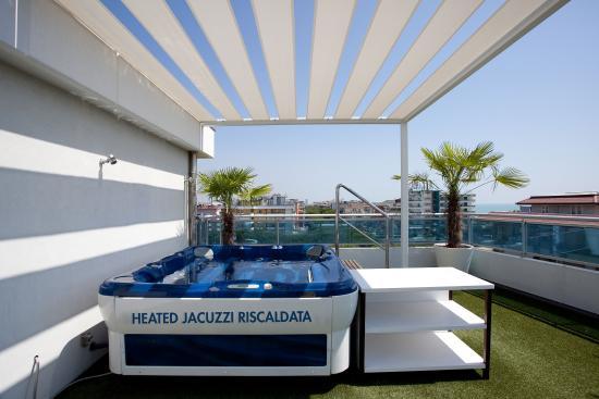 Hotel Tropical: Solarium with Jacuzzi