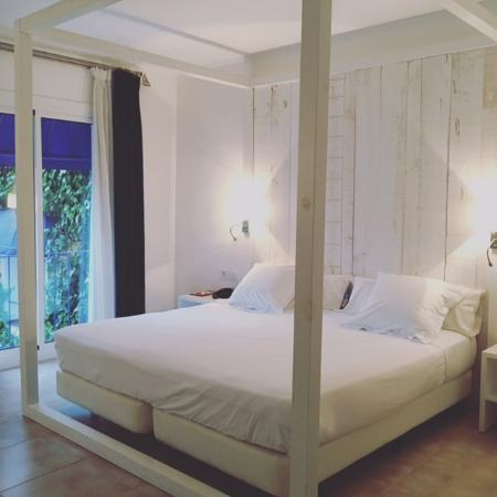 Hotel Medium Sitges Park: 4 poster bed, very comfortable!