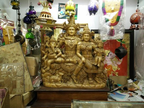 "Kumily, Indien: Lord "" Shiva Family "" (single peace of wooden carving)"