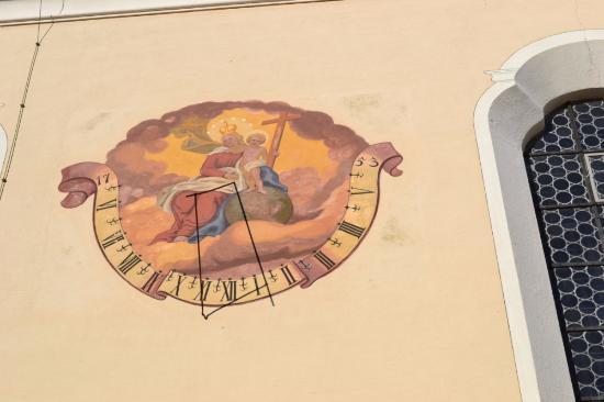 Schongau, Germania: Солнечные часы на стене церкви