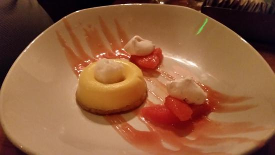Дель-Мар, Калифорния: Satsuma Curd. Meyer lemon sorbet, almond shortbread, coconut meringue, blood orange sauce