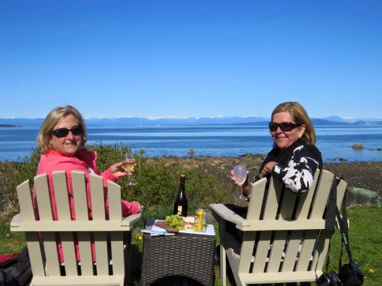 Courtenay, Canadá: Enjoying the view and snacks at the beach