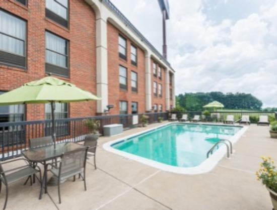 Howard Johnson Prattville : Relax by the pool