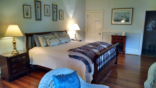 Wayside Guest House: A spacious room with king-sized bed