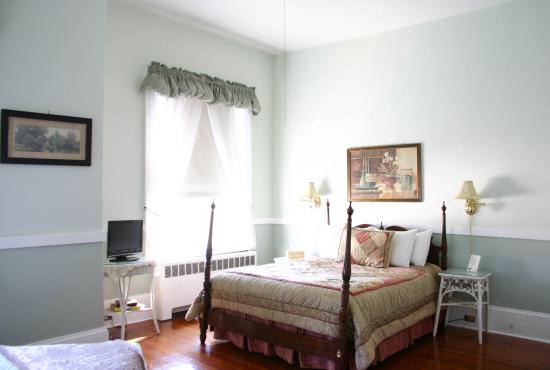 Wayside Guest House: A cute sunny room with a queen-sized bed