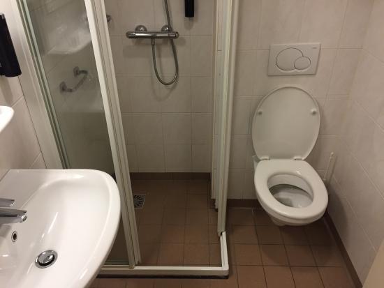 Hotel Guldenberg: Een van de kamers, badkamer en het uitzicht.