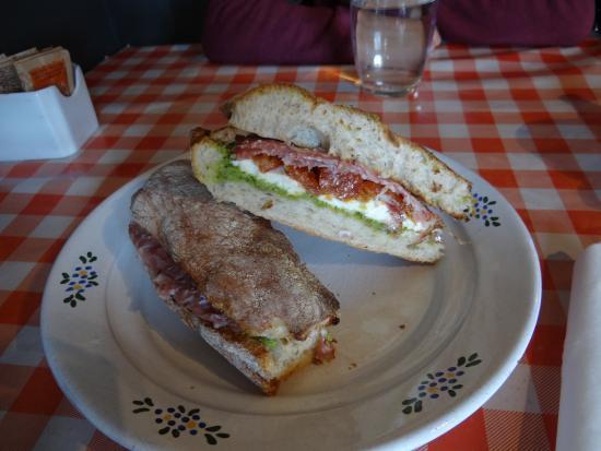 Cranbrook, UK: panini salami pesto fromage : frais, sain, délicieux