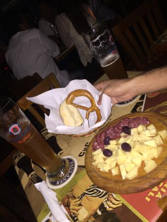 Algunas entradas. Tabla de quesos con pretzel y la infaltable cerveza. Delicioso.
