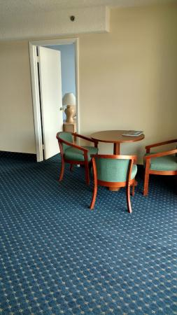 Carousel Resort Hotel & Condominiums: Small table with chairs next to the door to the second bedroom.