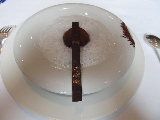 Thorntons Restaurant: Dolce: sfera di cioccolato con bolle al cocco