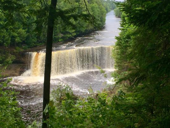 The upper falls picture of tahquamenon falls state park for Cabins near tahquamenon falls