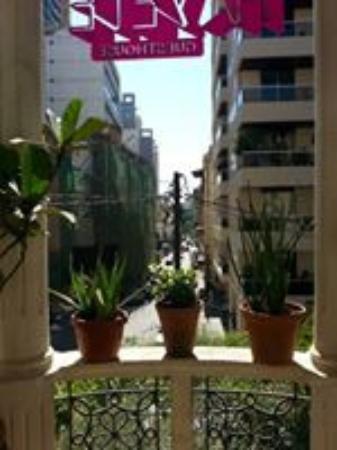 Hayete: Vue depuis le balcon terrasse, le matin, à l'heure du petit déjeuner.