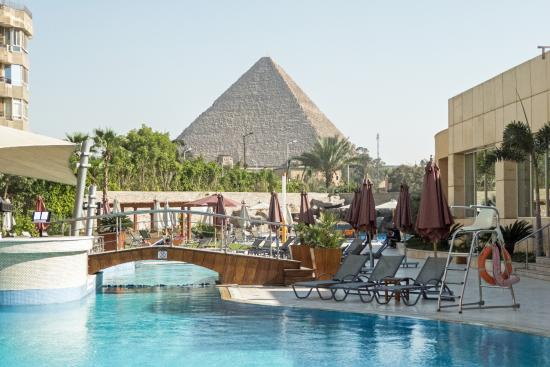 Foto De Le Meridien Pyramids Hotel Spa Giza Le Meridien Pool With A Pyramid Nearby Tripadvisor