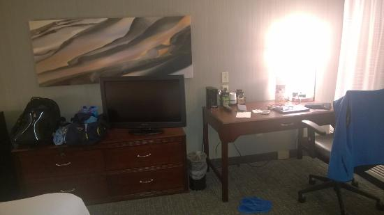 Clackamas, OR: Updated room - good lighting, comfortable chair, fast internet