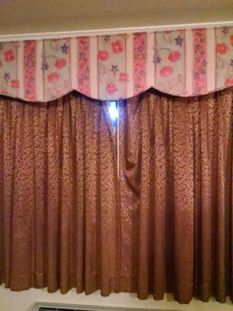 Jamestown, CA: One con of the room: this gap between the curtains. There was a light right outside the room.