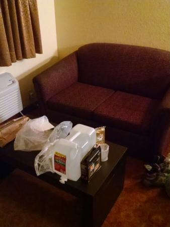 Jamestown, CA: There was a little couch and a table where we could eat our dinner.