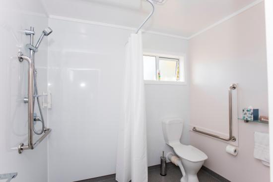 Gisborne, Selandia Baru: Disability access bathroom in two bedroom suite