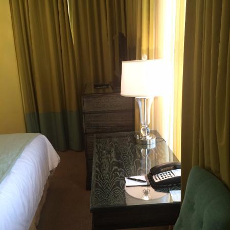 Hotel deLuxe: Desk