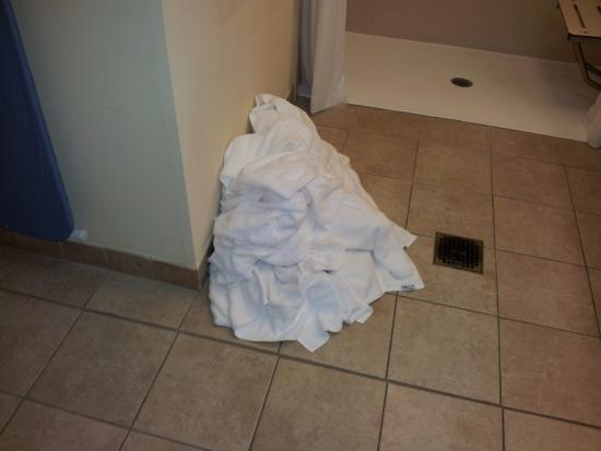 Staybridge Suites Lafayette-Airport: pile of dirty towels growing day by day...