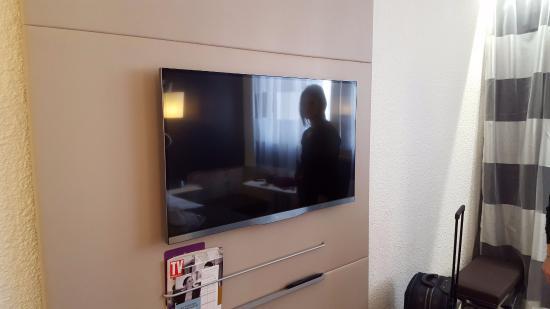 Televisione grandissima con led sul posteriore per illuminare la